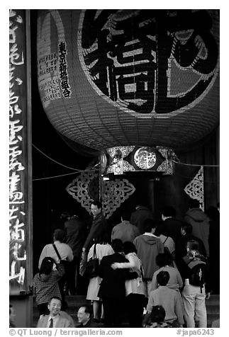 Huge lantern at the entrance of the Senso-ji temple, Asakusa. Tokyo, Japan (black and white)