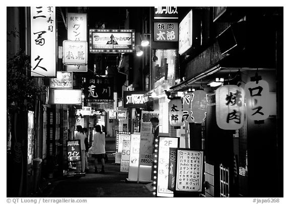 Black and white picture photo narrow alley in the pontocho entertainment district by night kyoto japan