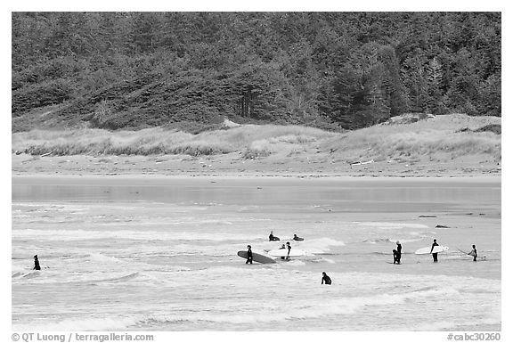Surfers in Long Beach, the best surfing spot on Canada's west coast. Pacific Rim National Park, Vancouver Island, British Columbia, Canada (black and white)