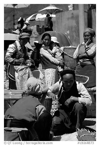 Bai tribeswomen selling incense. Shaping, Yunnan, China (black and white)