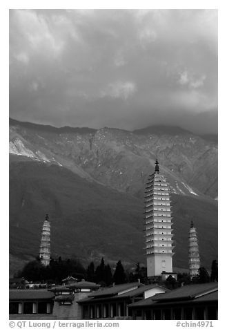 San Ta Si (Three pagodas) at sunrise with Cang Shan mountains in the background. Dali, Yunnan, China