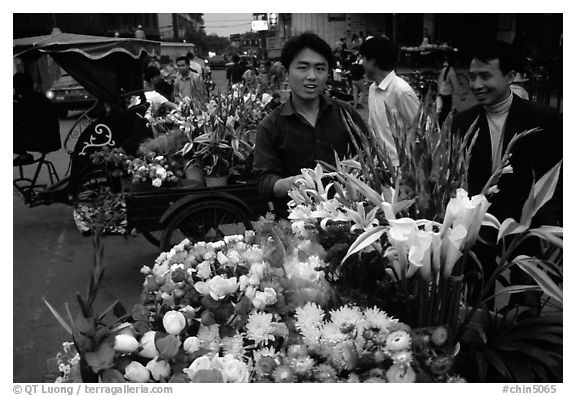 Flower vendor, night market. Leshan, Sichuan, China (black and white)