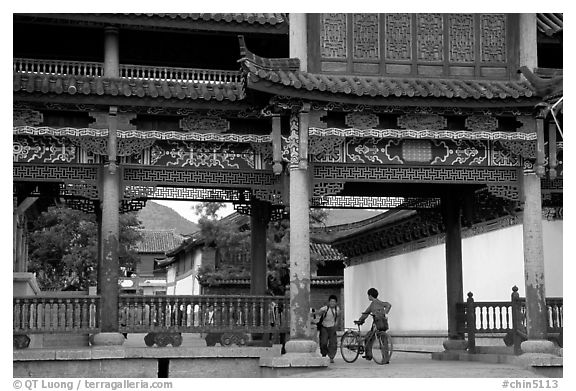 Children in an archway. Lijiang, Yunnan, China (black and white)