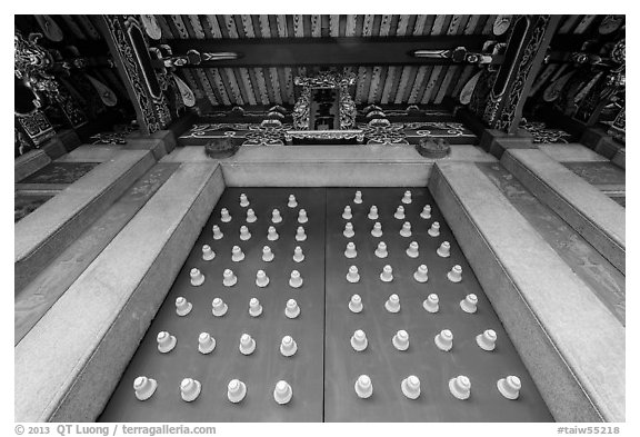 Looking up door of Yi Gate, Confuscius Temple. Taipei, Taiwan (black and white)