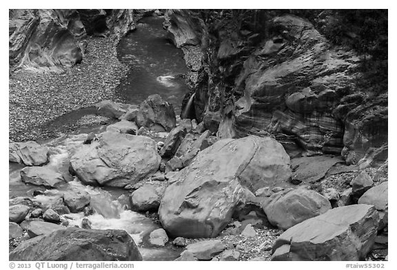 Boulders, marbled gorge walls, and Liwu River. Taroko National Park, Taiwan (black and white)