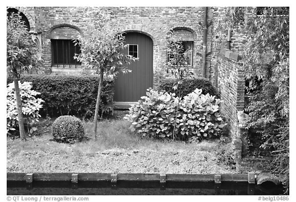 Black and white picture photo small garden and brick house by the canal bruges belgium - Small belgian houses brick ...