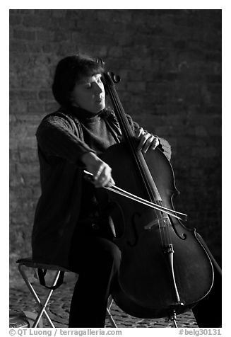 Woman cellist. Bruges, Belgium (black and white)