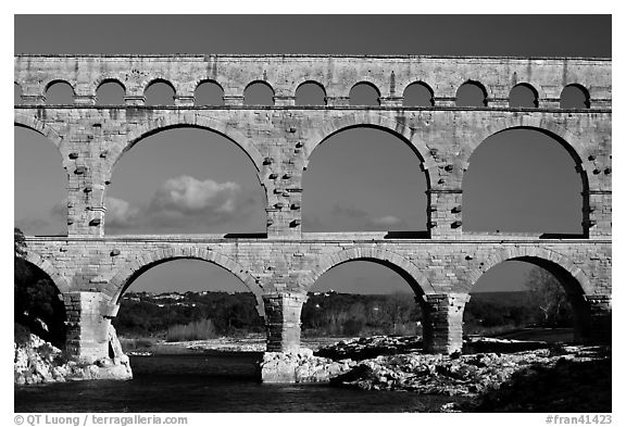 Black and white picture photo pont du gard roman aqueduct for Pont du gard architecte