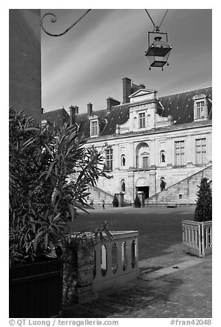 Fountain court, Fontainebleau Palace. France (black and white)