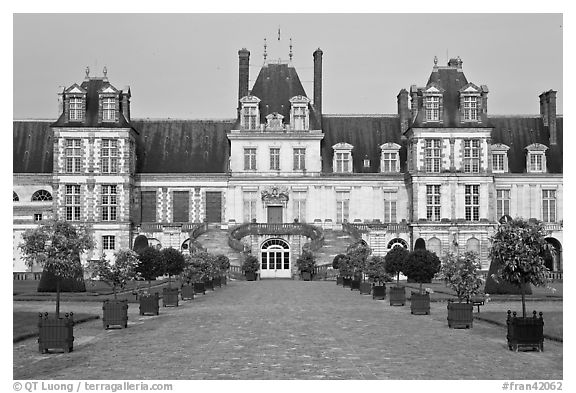 Cour des Adieux, Fontainebleau Palace. France (black and white)