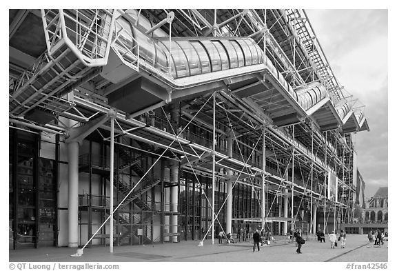Black and white picture photo beaubourg center in the for Architecture high tech