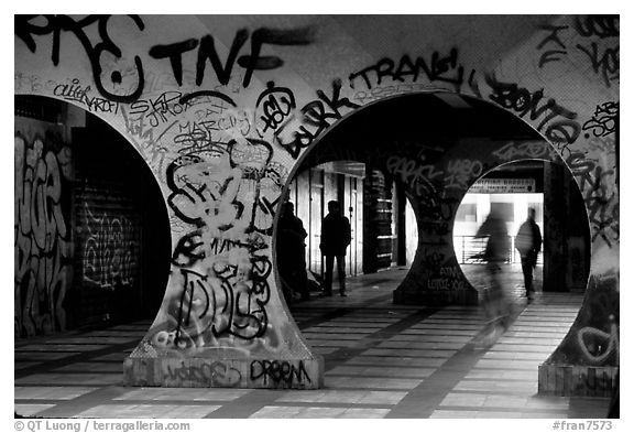 Black and White Picture/Photo: Gallery with graffiti ...