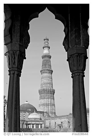 Qutb Minar tower framed by columns. New Delhi, India (black and white)