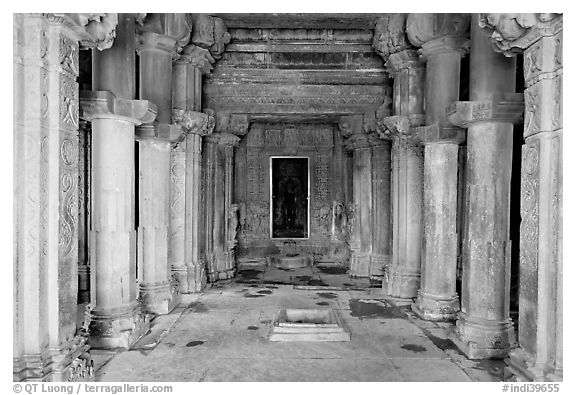 Mandapa inside Kadariya-Mahadeva temple. Khajuraho, Madhya Pradesh, India (black and white)