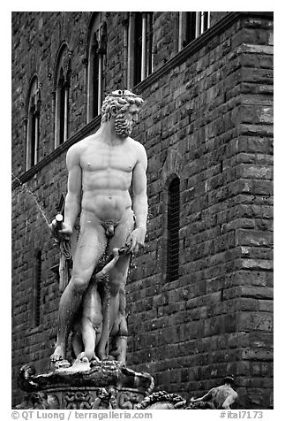 Fontana di Nettuno (Fountain of Neptune) in front of palazzo Vecchio. Florence, Tuscany, Italy (black and white)