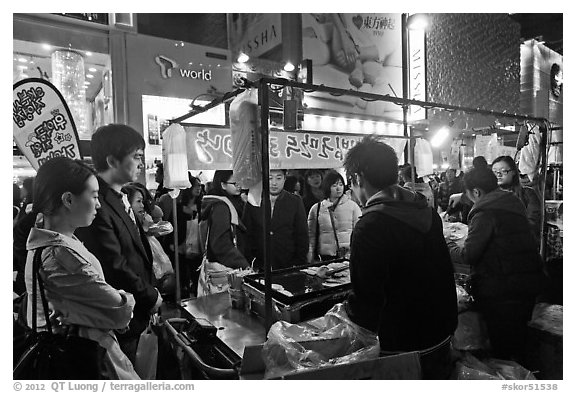 Busy food stall by night. Seoul, South Korea (black and white)