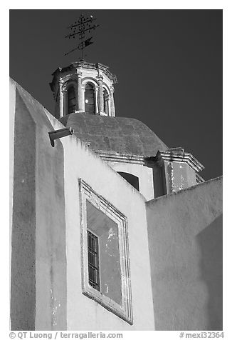 Walls and dome of Templo de San Roque, early morning. Guanajuato, Mexico (black and white)