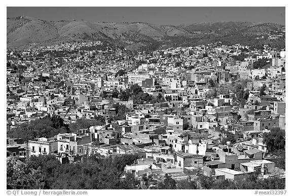 Panoramic view of the city, mid-day. Guanajuato, Mexico (black and white)