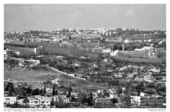 Black and white picture photo old town skyline with remparts and dome of the rock jerusalem israel