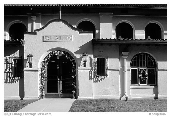 Hale bathhouse. Hot Springs National Park (black and white)