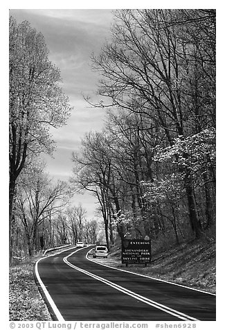 Skyline drive with cars and Park entrance sign. Shenandoah National Park, Virginia, USA.
