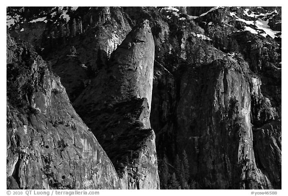 Cliffs and Leaning Tower. Yosemite National Park (black and white)