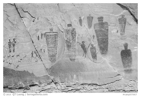 Life-sized anthropomorphic images, the Great Gallery, Horseshoe Canyon. Canyonlands National Park (black and white)
