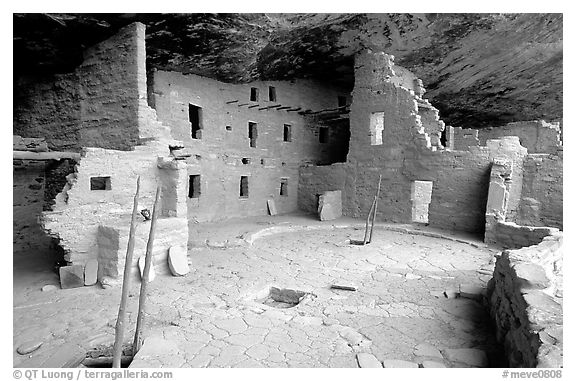 Spruce Tree house, ancestral pueblan ruin. Mesa Verde National Park (black and white)