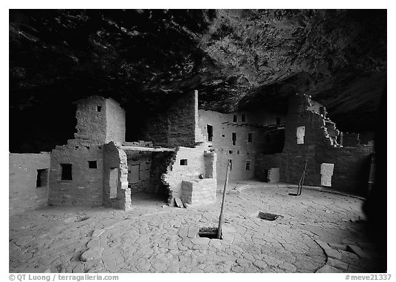 Spruce Tree House. Mesa Verde National Park (black and white)
