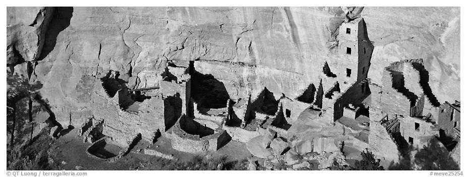 Square Tower House, tallest Ancestral pueblo ruin. Mesa Verde National Park (black and white)