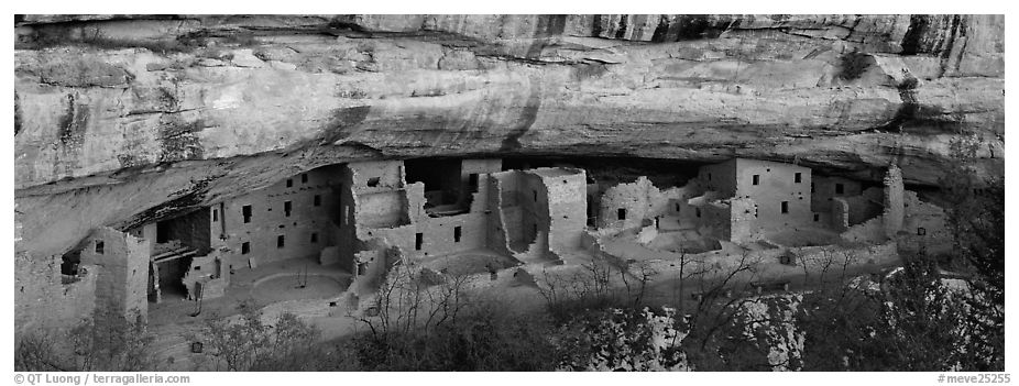 Spruce Tree House under rock overhang. Mesa Verde National Park (black and white)