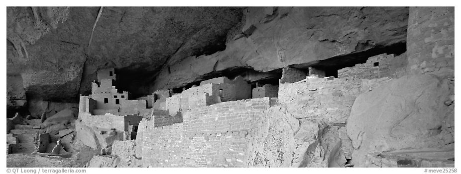 Cliff Palace, largest Anasazi cliff dwelling. Mesa Verde National Park (black and white)