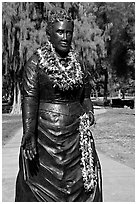 Statue of queen with fresh flower leis. Waikiki, Honolulu, Oahu island, Hawaii, USA (black and white)