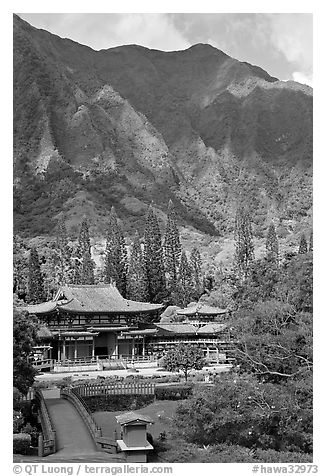 Byodo-In temple and Koolau Mountains, Valley of the Temples, morning. Oahu island, Hawaii, USA (black and white)