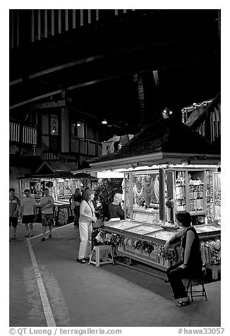 Craft stands, International Marketplace. Waikiki, Honolulu, Oahu island, Hawaii, USA (black and white)