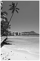 Beach and waterfront promenade. Waikiki, Honolulu, Oahu island, Hawaii, USA (black and white)