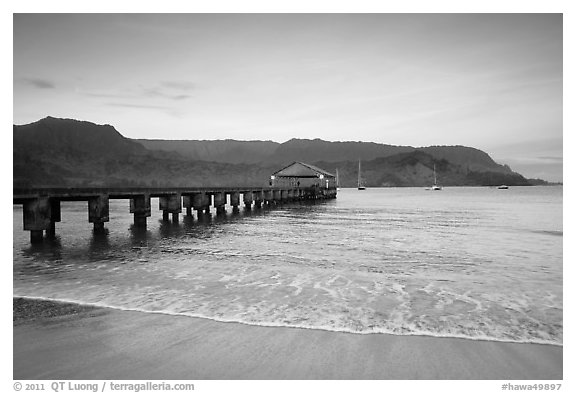 Hanalei Pier at sunrise. Kauai island, Hawaii, USA (black and white)