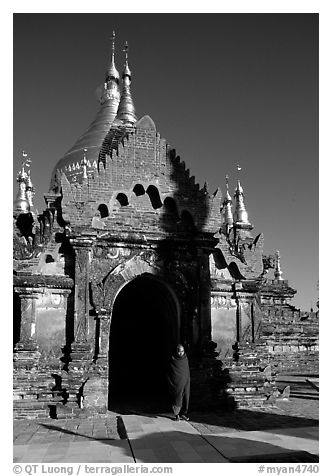 Dhammayazika Paya. Bagan, Myanmar (black and white)