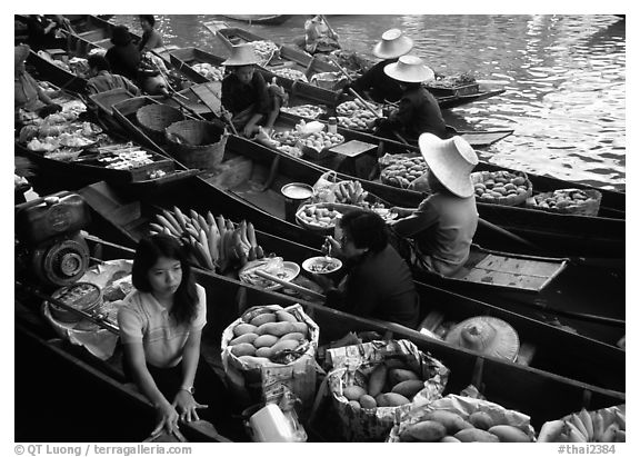 Fruit sellers, floating market. Damonoen Saduak, Thailand