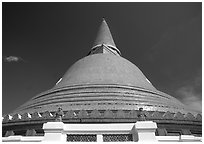 Phra Pathom Chedi. Nakkhon Pathom, Thailand (black and white)