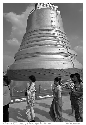Worshippers circle around chedi. Bangkok, Thailand (black and white)