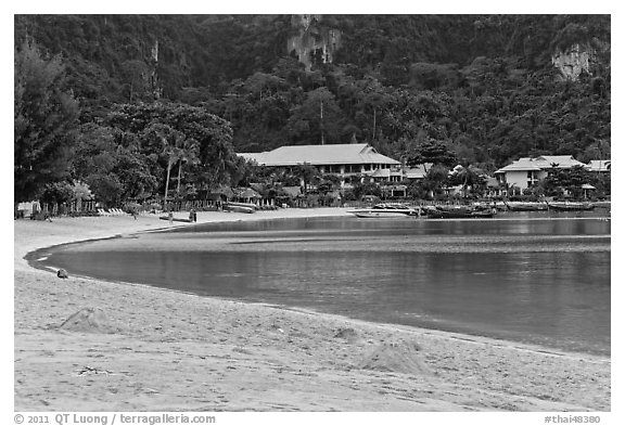 Deserted beach and resorts, Ao Lo Dalam, Ko Phi Phi. Krabi Province, Thailand (black and white)