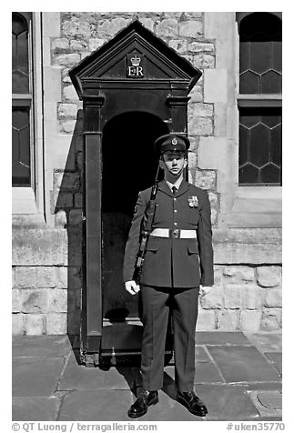 Sentry posted in front of the Jewel House in the Tower of London. London, England, United Kingdom (black and white)