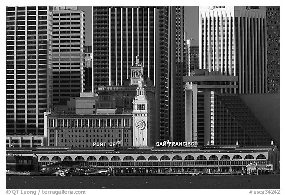 Embarcadero and port of San Francisco building seen from Treasure Island, early morning. San Francisco, California, USA (black and white)