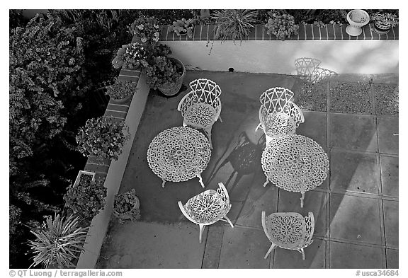 Courtyard with garden chairs and tables. Laguna Beach, Orange County, California, USA (black and white)