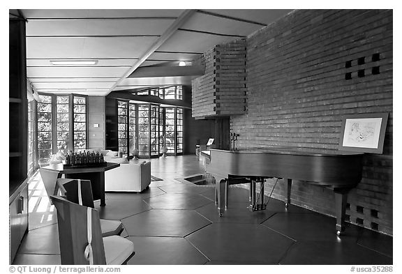 Living room and piano, Hanna House. Stanford University, California, USA (black and white)