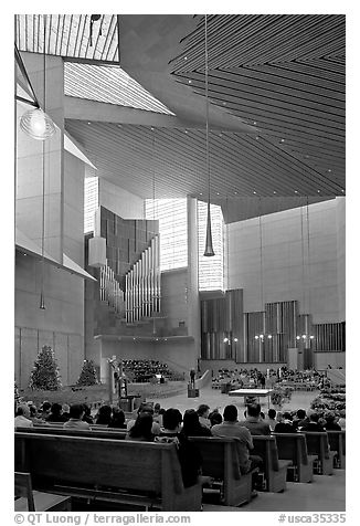 Sunday mass in the Cathedral of our Lady of the Angels. Los Angeles, California, USA (black and white)
