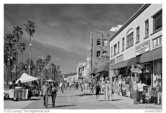 Couple strolling on Venice Boardwalk. Venice, Los Angeles, California, USA (black and white)