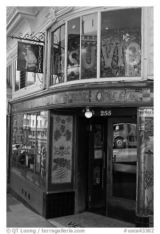 Entrace to the Vesuvio Cafe, North Beach. San Francisco, California, USA (black and white)