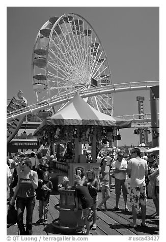 Families, amusement park and ferris wheel. Santa Monica, Los Angeles, California, USA (black and white)